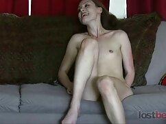 Una mujer casada acaricia su clítoris mamas culonas dormidas con la mano.