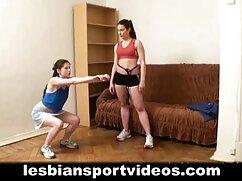La chica hace una mamada y frota el pene con los madres culonas calientes pies.