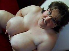 Una rubia encantadora se mete los dedos en videos de mamas culonas el coño y se corre.