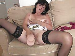 La chica se burla del chico con sus piernas para mamas culonas calientes el coito.