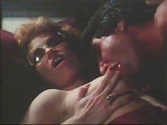 Mujer mamas culonas cachondas guapa de rojo se mete un consolador en el coño.