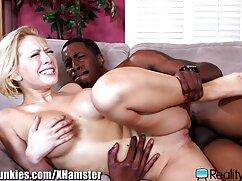 Una mujer joven recibe esperma mama culona xnxx en sus senos después del sexo.
