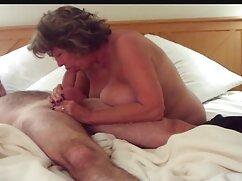 Rubia mamas super culonas con tacones se pajea apasionadamente.
