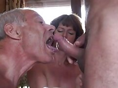 La prostituta sirve madres culonas calientes al cliente.