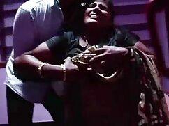 Un madres culonas infieles hombre pelea con una morena con una mordaza en la boca.