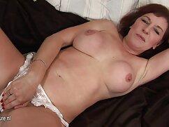 Caricias sensuales mama culona caliente de dos lesbianas.