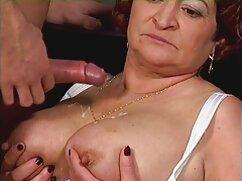 Un hombre se folla a una gorda madres culonas gratis en el sofá.